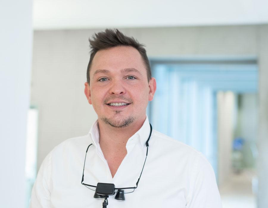 DR. TOBIAS ANNUSSEK – UNSER ORALCHIRURG